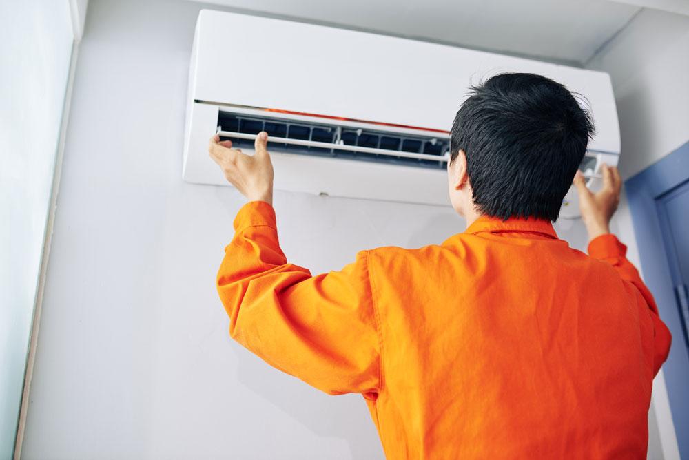 Instalación de aparatos de aire acondicionado en fachadas.
